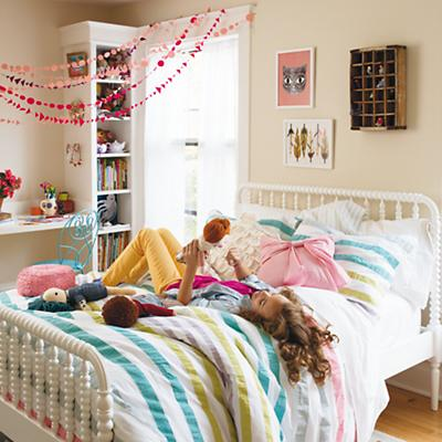 HangingGarland_JLBed_SherbertBedding_Sp2013